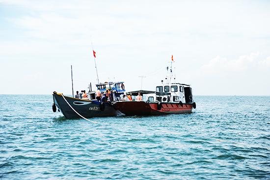 Cứu hộ tàu bị nạn trên biển. Ảnh: HẢI - ANH