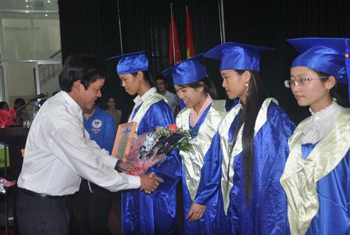 Cần có chính sách hỗ trợ giải quyết việc làm sau khi tốt nghiệp cho sinh viên Quảng Nam. Ảnh: X.P
