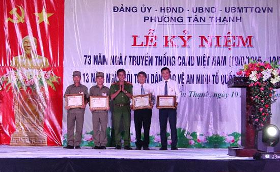 """Trao kỷ niệm chương """"Vì an ninh Tổ quốc"""" cho các cá nhân tiêu biểu phường Tân Thạnh, TP.Tam Kỳ. Ảnh: T.CÔNG"""