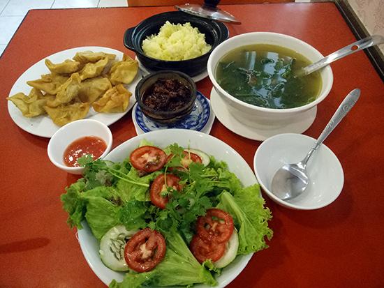 Các món ăn tại quán dân dã và gần gũi như một bữa cơm gia đình.