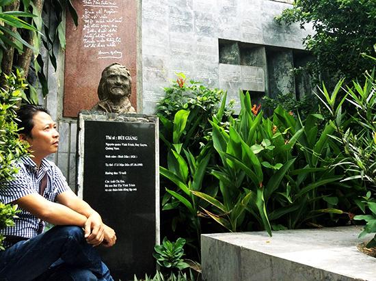 Nhạc sĩ Trần Quế Sơn bên bức tượng thi sĩ Bùi Giáng.