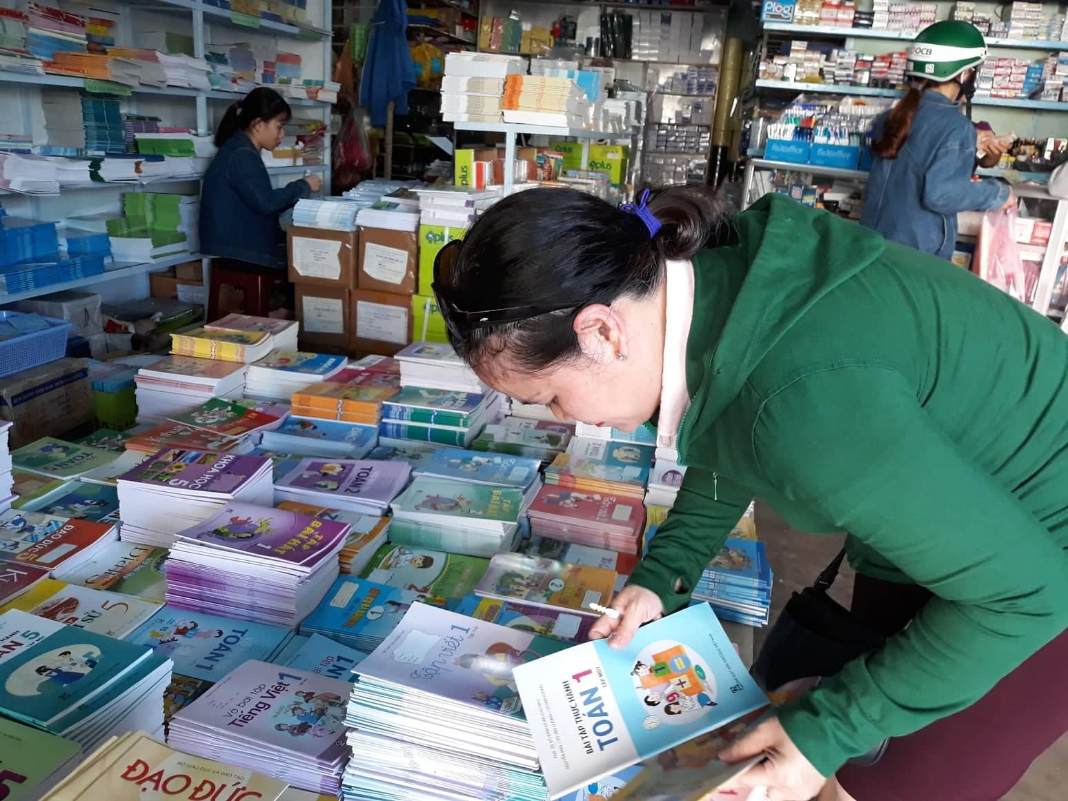 Phụ huynh mua sách giáo khoa lớp 1 vào chiều 17.8. Ảnh: C.N