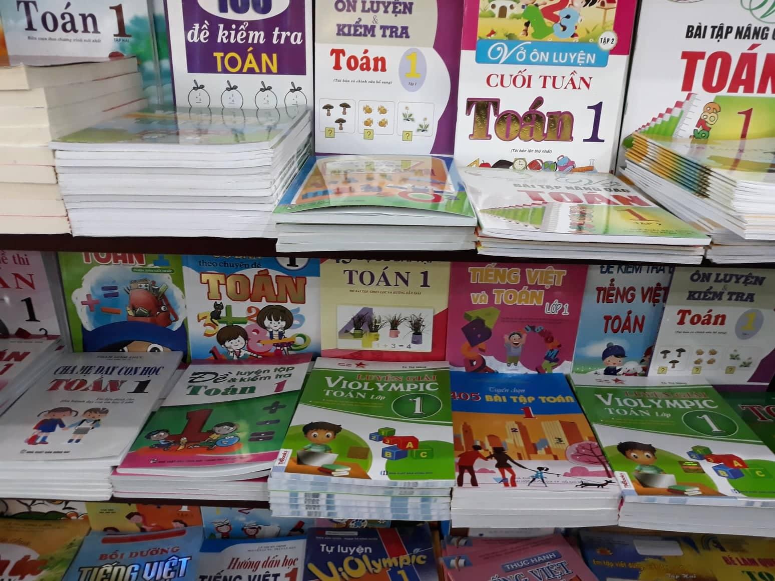 Trên thị trường còn nhiều sách tham khảo lớp 1 nhưng lại thiếu sách giáo khoa. Ảnh: C.N