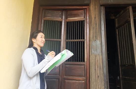 Sumika is drawing ancient house's structure in Hoi An.