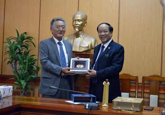 Chairman Thu (right) and Director of JICA projects Kato Fumio