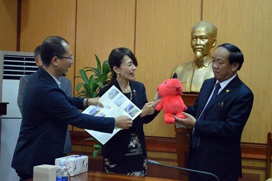 Mrs. Tomizuka Masako (center) at the meeting