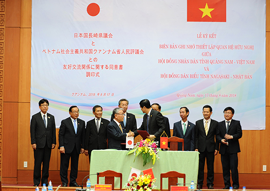 The signing ceremony of the MoU between Quang Nam and Nagasaki