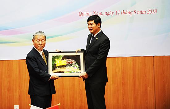 Secretary Quang (right) and Chairman Fumio Mizoguchi