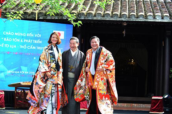 Đại diện Hiệp hội Tơ tằm Nhật Bản trao tặng ông Lê Thái Vũ bộ Kimono truyền thống