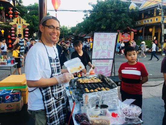 Đầu bếp Nhật hào hứng trổ tài cho du khách. Ảnh: L.Q