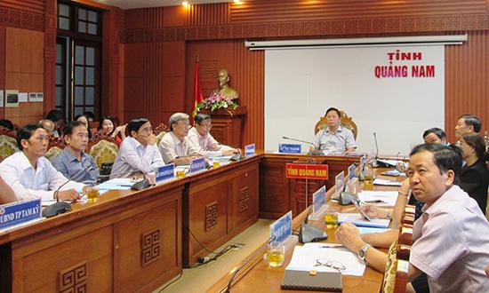 Phó Chủ tịch UBND tỉnh Lê Trí Thanh và lãnh đạo các ngành, địa phương tham dự tại điểm cầu Quảng Nam sáng nay 18.8. Ảnh: VĂN SỰ