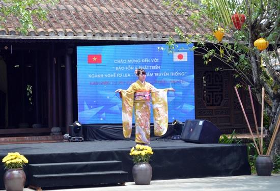 Các nữ sinh Trường Đại học Nữ Chiêu Hòa trình diễn Kimono tại Làng Lụa