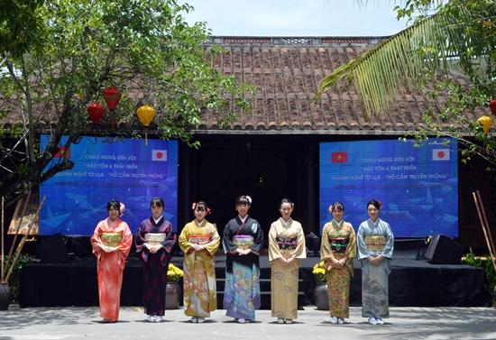 Các nữ sinh Nhật Bản trong trang phục truyền thống Kimoto
