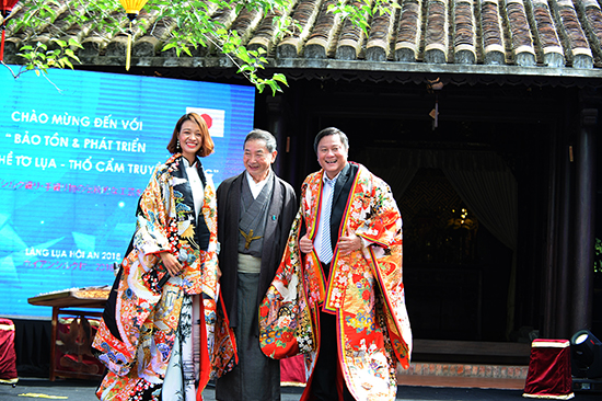 Representatives of the Japanese Silk Association give Mr. Le Thai Vu (right) a Japanese traditional Kimono