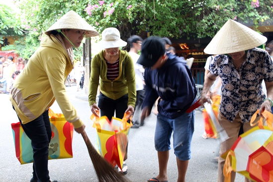 Cleaning Hoi An streets