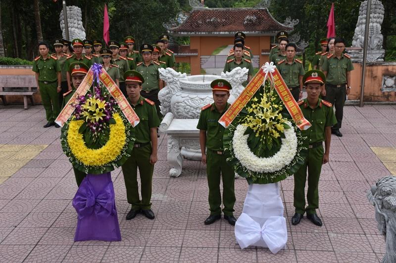 Tuổi trẻ Công an tưởng niệm các anh hùng liệt sĩ An ninh khu V. Ảnh: L.M