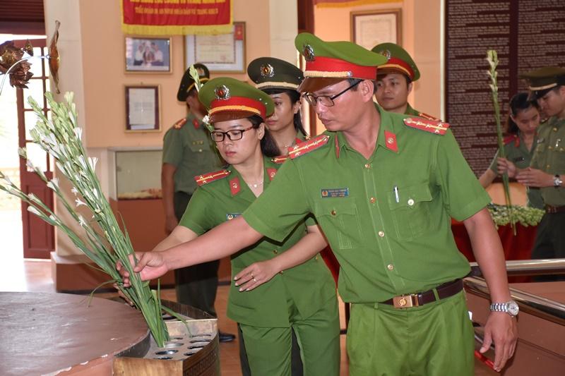 Tuổi trẻ Công an dâng hoa, viếng hương các anh hùng liệt sỹ và Chủ tịch Hồ Chí Minh tại Khu di tích lịch sử An ninh khu 5. Ảnh: L.M