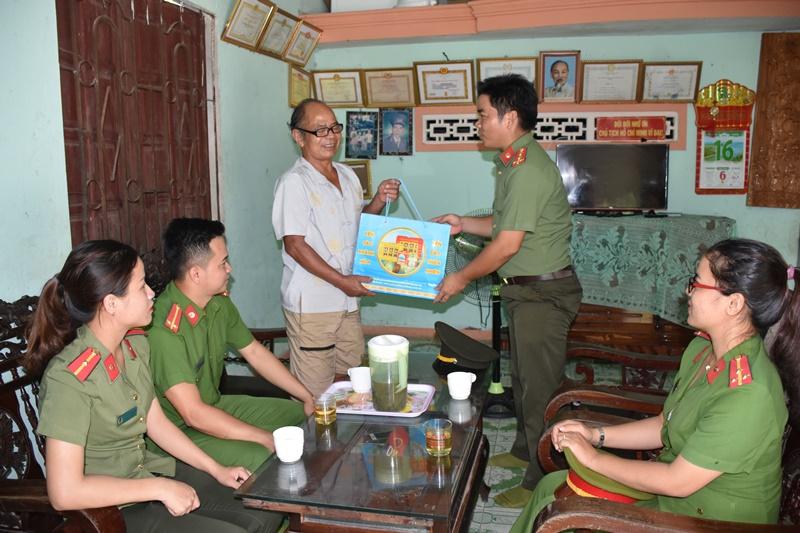 Đoàn đến thăm, tặng quà cho các hộ gia đình chính sách Công an tại huyện Bắc Trà My.. Ảnh: L.M