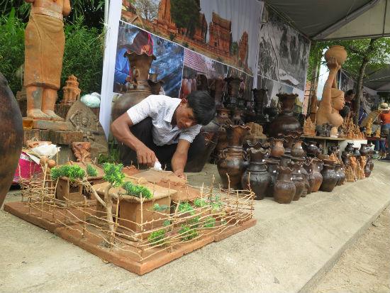 các nghệ nhân làng nghề gốm truyền thống từ các miền về tham dự Festival Gốm Thanh Hà. Ảnh: S.A