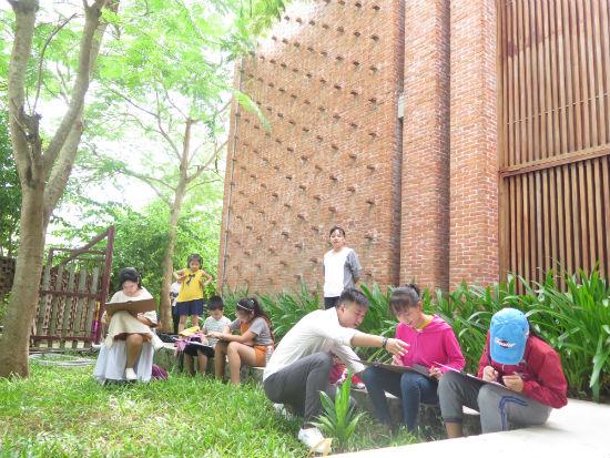 Các em thiếu nhi tham gia trại sáng tác vẽ ký họa thiếu nhi tại Công viên Đất nung Thanh Hà. Ảnh: S.A