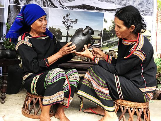Hai nghệ nhân gốm Mơ Nông (Đắc Lắk) tham gia Fetval gốm Tahnh Hà 2018.