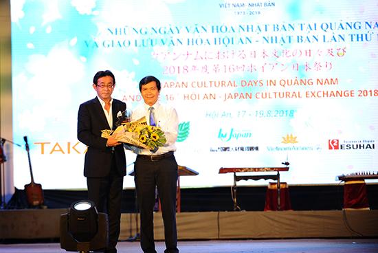 Phó Chủ tịch UBND TP.Hội An Nguyễn Văn Sơn tặng hoa cho đại diện Tập đoàn Takara