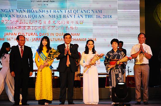 Phó bí thư Thường trực Tỉnh ủy Phan Việt Cường và Chủ tịch UBMTTQ Việt Nam  tỉnh Quảng Nam Võ Xuân Ca tặng hoa cho các nghệ sĩ diên viên 2 nước