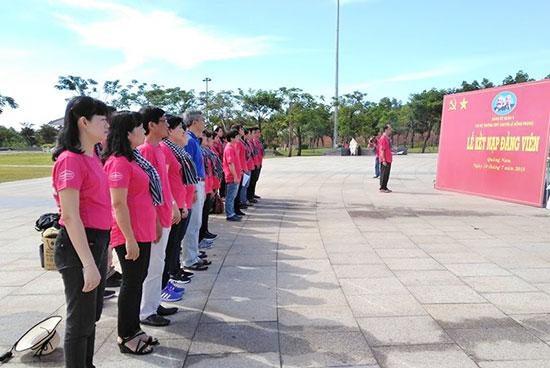 Chi bộ Trường THPT chuyên Lê Hồng Phong (TP.Hồ Chí Minh) tổ chức kết nạp đảng tại Tượng đài Mẹ Việt Nam anh hùng. Ảnh: AN TRƯỜNG