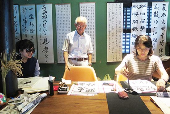 Trình diễn nghệ thuật thư pháp Nhật. Ảnh: LÊ QUÂN