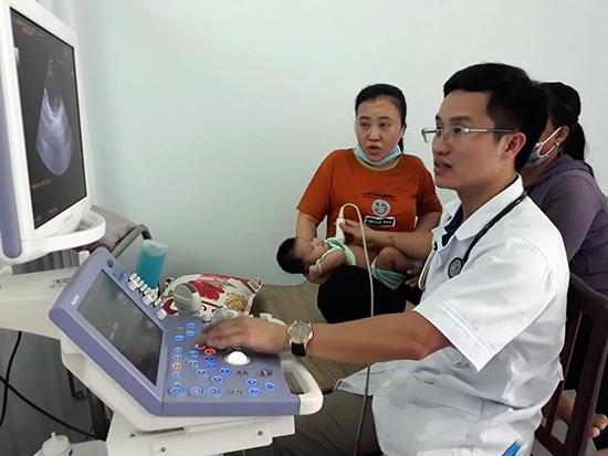 Đội ngũ chuyên môn ngành y nỗ lực khám sàng lọc cho trẻ. Ảnh: LIÊN NỮ