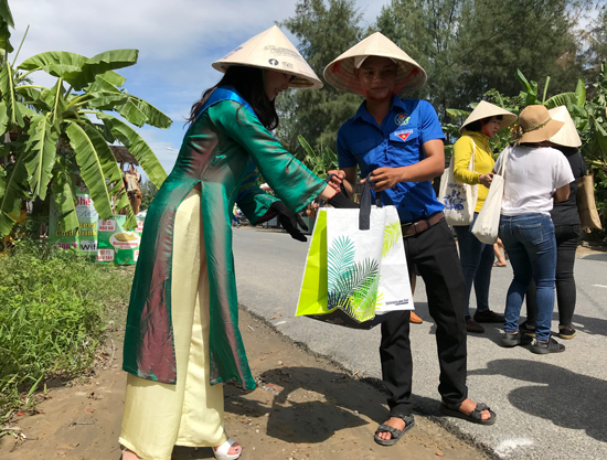 Ambassador Ueno Yuuka takes part in environmental protection in Cam Thanh commune