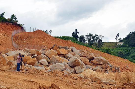 Hiện trường khai thác khoáng sản dưới chân đập Trà Cân. Ảnh: HP. ĐĐ