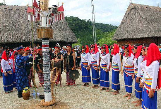 Trang phục truyền thống của người Co Quảng Ngãi.