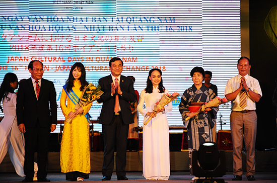 Leaders of Quang Nam province offer flowers to Vietnamese and Japanese performers