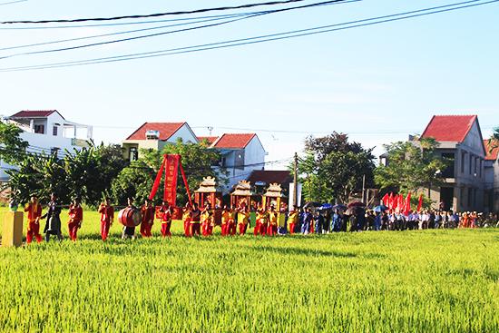 Từ sáng sớm, người làng gốm rước tổ, nghinh thần về đình thờ tổ nghề. Ảnh: MINH HẢI