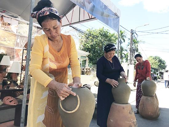 Các nghệ nhân gốm làng Bầu Trúc, Ninh Thuận giao lưu gốm Chăm. Ảnh: MINH HẢI