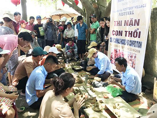 Người làng gốm Nam Diêu già - trẻ thi nặng tò he, đây là dịp cùng chia sẻ kinh nghiệm về nghề. Ảnh: MINH HẢI