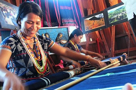Nghề thủ công truyền thống tiếp tục được đưa vào mục tiêu bảo tồn.  Trong ảnh: nghề dệt thổ cẩm của đồng bào Cơ Tu đang cần được hỗ trợ về đầu ra của sản phẩm. Ảnh: Alăng Ngước