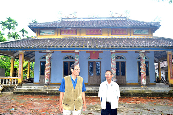 Ông Nguyễn Hữu Hiệp (bên trái) và ông Nguyễn Công Tân là những người luôn quan tâm đến công tác khuyến học, khuyến tài tại địa phương.  Ảnh: Q.VIỆT