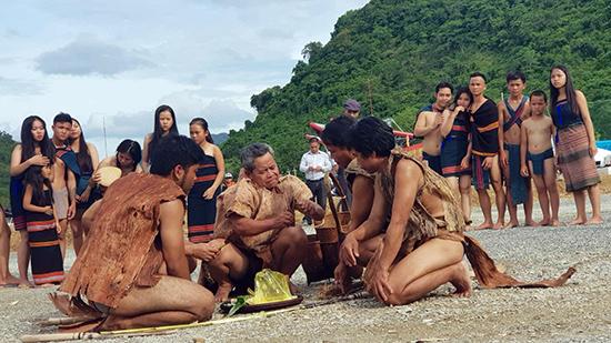 Tái hiện lễ cúng đất lập làng của đồng bào dân tộc Cơ Tu. Ảnh: LÊ TRỌNG KHANG