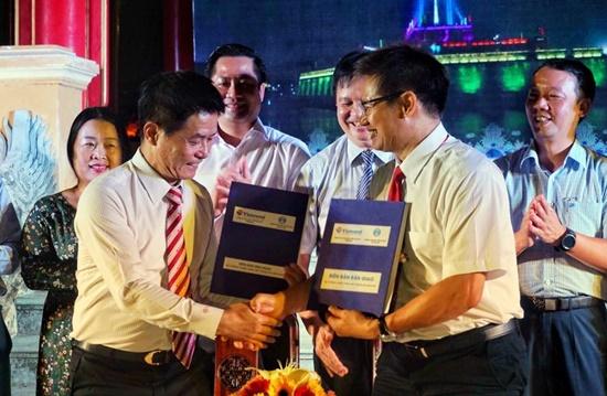Đại diện lãnh đạo Vietravel ký bàn giao hệ thống chiếu sáng Kỳ Đài Huế