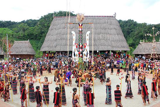 Lễ hội trình diễn nghi thức dựng cây nêu của đồng bào Cơ Tu ở Tây Giang. Ảnh: ALĂNG NGƯỚC