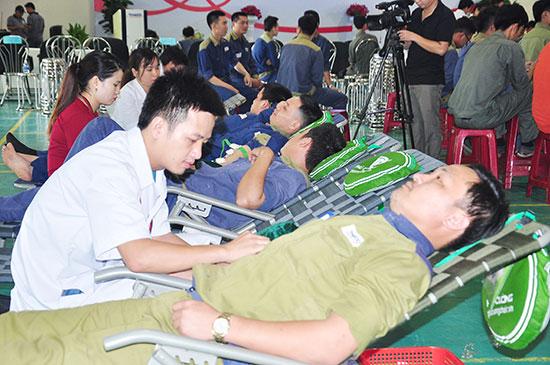 Việc đẩy mạnh phong trào hiến máu tình nguyện góp phần bổ sung nguồn máu cho các bệnh viện. Ảnh: N.DƯƠNG