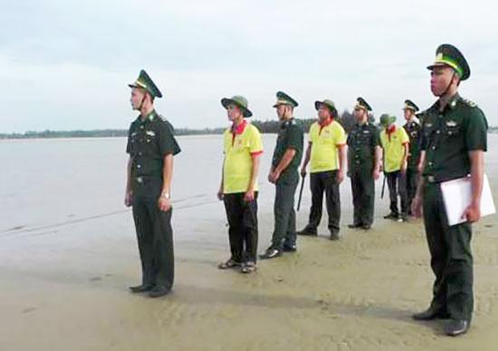 Các chiến sĩ biên phòng cùng tổ đoàn kết tuần tra tuyến biển tại Điện Dương.