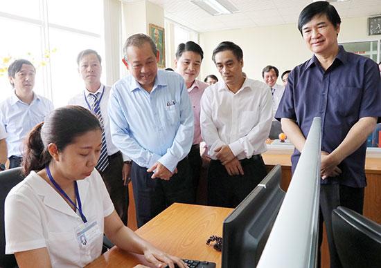 Phó Thủ tướng Thường trực Chính phủ Trương Hòa Bình tìm hiểu ứng dụng công nghệ thông tin về nộp thuế điện tử tại Cục Thuế Quảng Nam. Ảnh: V.DŨNG