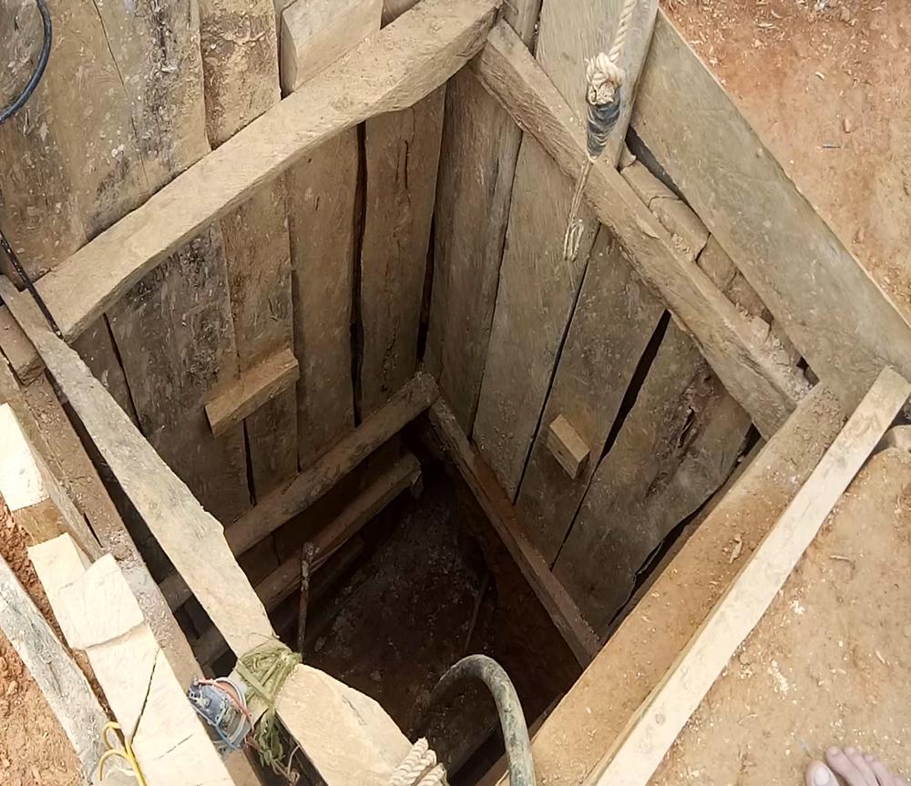 Cận cảnh một miệng hầm vừa mới làm xong để phục vụ việc làm vàng trái phép. Ảnh: THANH THẮNG