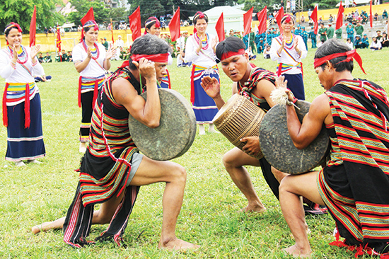 Tiết mục biểu diễn đấu chiêng đôi sẽ tiếp tục được tái hiện bởi các nghệ nhân người Co ở huyện Trà Bồng (Quảng Ngãi) tại ngày hội. Ảnh ALĂNG NGƯỚC