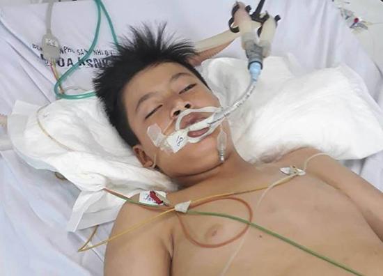 Em Nguyễn Đức Phú đang điều trị tại khoa Hồi sức Nhi, Bệnh viện Phụ sản - Nhi TP.Đà Nẵng. Ảnh: N.T