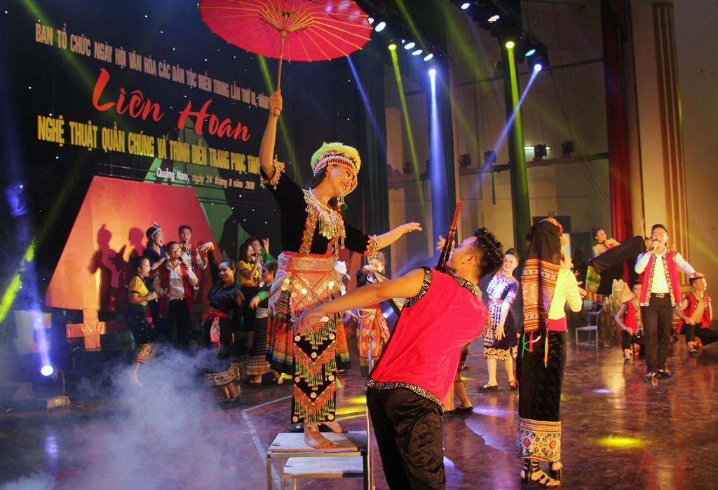 Một tiết mục nghệ thuật của đồng bào các dân tộc tỉnh Nghệ An. Ảnh A.N