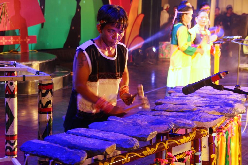 Nghệ nhân Bo Bo Hùng (đoàn Khánh Hòa biểu diễn độc tấu đàn đá của đồng bào Raglai. Ảnh A.N
